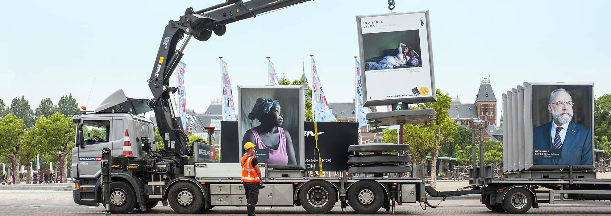 reclamebord buiten trotter amsterdam den haag vrachtwagen image building