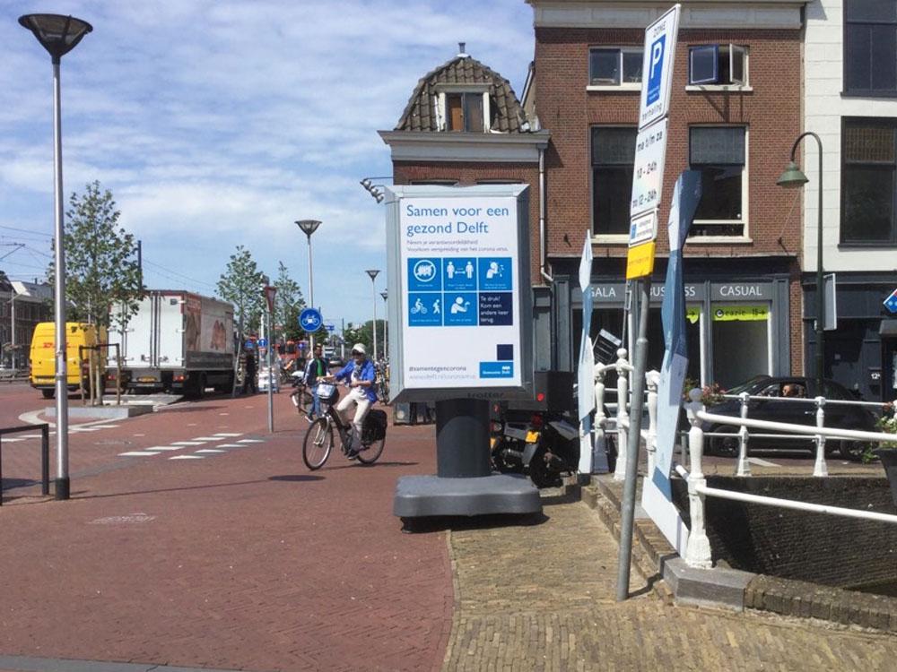 Waarschuwingsborden in Delft informatieborden coronaborden stadscentrum communicatie winkelgebied